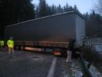 rumunský kamión zablokoval cestu 1/18 na horskom prechode Makov
