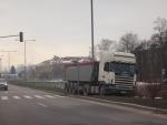polský kamion v Žiline zabránil zrážke a skončil mimo cesty bez poškodenia