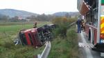 český kamion zachytil krajnicu a...